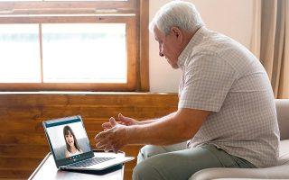 Η τεχνολογία θα μπορούσε να αποτελέσει ένα εναλλακτικό υποστηρικτικό πλαίσιο, όμως στους μεγαλύτερους σε ηλικία χρήστες ο φόβος κυριαρχεί. Η καραντίνα μάς προσφέρει χρόνο τον οποίο μπορούμε να αφιερώσουμε μαθαίνοντας στους μεγαλύτερους πώς να πλοηγούνται στα νέα μέσα.