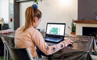 Mια εναλλακτική του υπ. Παιδείας είναι να δοθούν υπολογιστές σε όλους τους μαθητές, ιδίως σε οικονομικά ευάλωτες οικογένειες, και να εξασφαλισθεί η σύνδεση με το Διαδίκτυο.