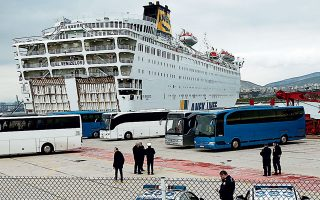 Εως αργά χθες το βράδυ αναμενόταν να ολοκληρωθεί η μετακίνηση 230 επιβαινόντων στο πλοίο «Ελευθέριος Βενιζέλος», οι οποίοι δεν είναι θετικοί στον κορωνοϊό. Θα μεταφερθούν σε τρία ξενοδοχεία της Αττικής στα οποία θα παραμείνουν σε καραντίνα για δύο εβδομάδες.