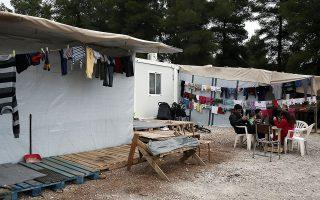 Σε υγειονομικό αποκλεισμό έχει τεθεί από χθες το πρωί και για 14 ημέρες η δομή φιλοξενίας αιτούντων άσυλο στη Ριτσώνα, όπου εντοπίστηκαν 23 κρούσματα κορωνοϊού. Τα άτομα που είναι θετικά στον ιό δεν έχουν συμπτώματα, αλλά βρέθηκαν έπειτα από δειγματοληπτικό έλεγχο που πραγματοποιήθηκε σε συνολικά 63 άτομα.