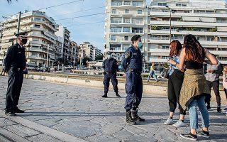 Αστυνομικοί πραγματοποιούν ελέγχους στην παραλία του Φαλήρου το απόγευμα της περασμένης Κυριακής.