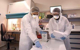 Μικροβιολόγοι του ελληνικού Ινστιτούτου Παστέρ στο εργαστήριο βιοασφαλείας επιπέδου 3 του ινστιτούτου.