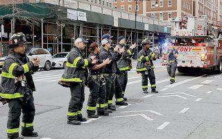 Πυροσβέστες χειροκροτούν προς τιμήν των γιατρών και νοσηλευτών του δικτύου νοσοκομείων Mount Sinai, στο Μανχάταν της Νέας Υόρκης.