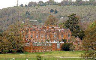 Το Τσέκερς, η πρωθυπουργική εξοχική κατοικία, στην οποία αναρρώνει  ο Τζόνσον, βρίσκεται στο Εϊλσμπουρι της Βρετανίας.