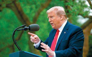 Ο Ντόναλντ Τραμπ ενημερώνει για τα νεότερα από το μέτωπο της πανδημίας, στον κήπο του Λευκού Οίκου.