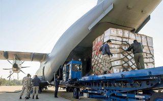 Τούρκοι στρατιώτες στο αεροδρόμιο της Αγκυρας φορτώνουν κιβώτια με προστατευτικό ιατρικό εξοπλισμό σε αεροπλάνο της πολεμικής αεροπορίας, τα οποία προορίζονται για τις Ηνωμένες Πολιτείες.