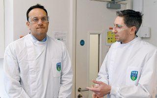Ο Ιρλανδός πρωθυπουργός Λίο Βάραντκαρ (αριστερά) και ο υπουργός Υγείας Σάιμον Χάρις κατά την επίσκεψή τους σε εργαστήριο, στο Δουβλίνο.