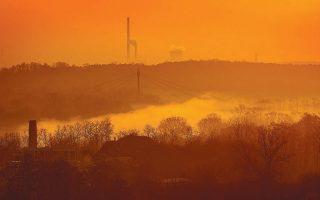 Ο ήλιος δύει στην Κρακοβία, αποκαλύπτοντας ένα νέφος ρύπανσης πάνω από την πόλη της νότιας Πολωνίας.