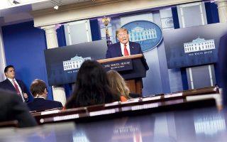 Ο Ντ. Τραμπ και μέλη της ομάδας δράσης κατά του κορωνοϊού στην τακτική ενημέρωση του Τύπου, στον Λευκό Οίκο.