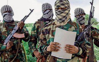Ο στρατιωτικός εκπρόσωπος της ισλαμιστικής οργάνωσης Αλ Σαμπάαμπ διαβάζει ανακοίνωση, νοτίως του Μογκαντίσου, στη Σομαλία.