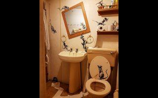 Τα ποντίκια του Μπάνκσι έχουν κάνει άνω-κάτω το τυπικό αγγλικό μπάνιο του σπιτιού του.