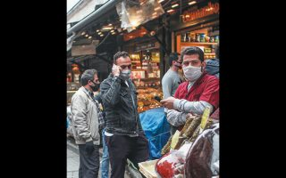 Πολίτες με προστατευτικές μάσκες κάνουν τα ψώνια τους για το Ραμαζάνι, στην Κωνσταντινούπολη.