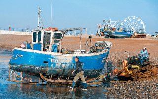 Ο ψαράς Μαρκ Σίπερλι σπρώχνει τη βάρκα του απομακρύνοντάς την από την παραλία, στο Χέιστινγκς της Μεγάλης Βρετανίας.