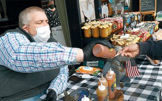Ο Κάρεϊ Φάιλ επιδεικνύει τις σάλτσες του σε υπαίθρια αγορά παραγωγών στο Τζάκσον του Μισισίπι. Η απώλεια της γεύσης είναι από τα συμπτώματα του κορωνοϊού που ήρθαν με καθυστέρηση στη δημοσιότητα.