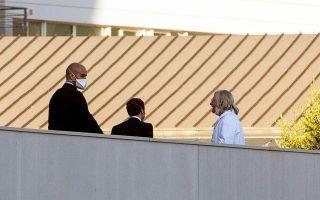 Στιγμιότυπο από την πρόσφατη συνάντηση του Γάλλου προέδρου Εμανουέλ Mακρόν με τον Γάλλο καθηγητή Ντιντιέ Ραούλ στη Μασσαλία.