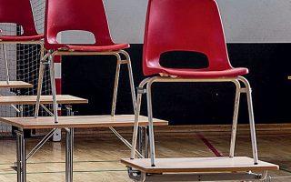 Αδεια θρανία σε σχολείο του Γκλαντσάξε στη Δανία.