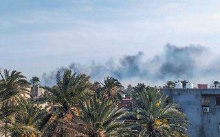 Kαπνός στο αεροδρόμιο Μιτίγκα της Τρίπολης έπειτα από επίθεση των δυνάμεων του Χαφτάρ στα μέσα Απριλίου.