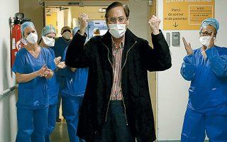Νοσηλευτές χειροκροτούν τον 61χρονο ασθενή Μανγκ Ποτέ, που πέρασε 16 ημέρες στη ΜΕΘ και επέζησε, σε νοσοκομείο έξω από το Παρίσι, στη Γαλλία.