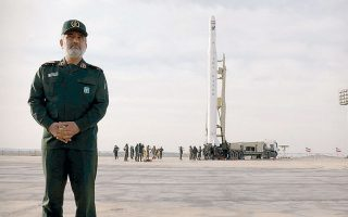 O επικεφαλής της αεροδιαστημικής μονάδας των Φρουρών της Επανάστασης επιβλέπει την εκτόξευση του Νουρ στο Ιράν.
