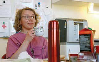 Νοσηλεύτρια σε νοσοκομείο του Βερολίνου απολαμβάνει τον καφέ της.