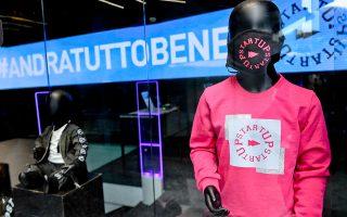 Μια κούκλα βιτρίνας σε παιδικό μέγεθος φοράει μάσκα σε κατάστημα της Νάπολης στην Ιταλία, καθώς το συγκεκριμένο αξεσουάρ θα είναι απαραίτητο έως την κυκλοφορία του εμβολίου.