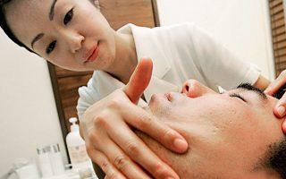 Αισθητικός προσφέρει θεραπεία προσώπου, σε ξενοδοχείο του Τόκιο.