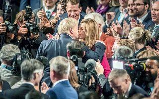 Ο Μπόρις Τζόνσον φιλάει τη σύντροφό του Κάρι Σίμοντς σε συνέδριο των Συντηρητικών, πέρυσι τον Οκτώβριο.