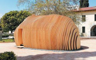 Η ξύλινη κατασκευή του Κέγκο Κούμα στην είσοδο του ΒΧΜ έχει διαστάσεις 6,55 x 4,80, ύψος τριών μέτρων και φωτίζεται τα βράδια.