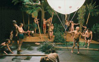 Η ταινία του Μπάμπη Μακρίδη είναι βασισμένη στους «Ορνιθες» του Αριστοφάνη, σε θεατρική διασκευή Γιάννη Αστερή και Νίκου Καραθάνου.