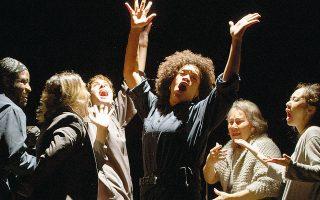 Στιγμιότυπο από την παράσταση «We Are More», η οποία έκανε περιοδεία σε διαφορετικές σκηνές σε όλη τη Νέα Υόρκη. Η Ζαφειρία Δημητροπούλου διευθύνει το People's Theatre Project, έναν πολυπολιτισμικό θεατρικό οργανισμό.