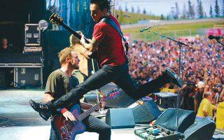 Ολοι πια περιμένουμε πώς και πώς πότε θα ξεκινήσουν ξανά οι συναυλίες προκειμένου να ζήσουμε στιγμές όπως αυτή με τους «ιπτάμενους» Pearl Jam.