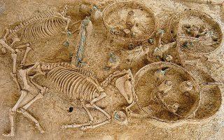 Οι τέσσερις τάφοι του 2ου αιώνα μ.Χ. με ίχνη καύσης των νεκρών και πέντε άμαξες με τα υποζύγιά τους ανακαλύφθηκαν το 2003.