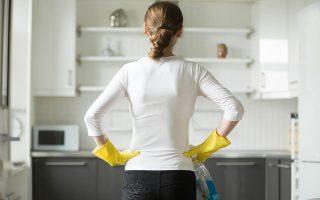 «Πήγαινα σε έξι σπίτια για καθάρισμα, σταμάτησα από όλα, όμως σε δύο ηλικιωμένους, που έχω αναλάβει και δεν μπορούν να μαγειρέψουν ή να κάνουν τα ψώνια τους, συνεχίζω να πηγαίνω», αναφέρει η Τάνια Κ.