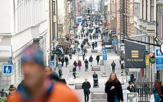Κάτοικοι της Στοκχόλμης περπατούν στο Drottninggatan, τον κύριο εμπορικό δρόμο της πρωτεύουσας.