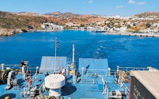 «Τα πλοία έρχονται τρεις φορές την εβδομάδα στην Κίμωλο, έχουμε απ' όλα», αναφέρει η κ. Παπαδιούλη, ιδιοκτήτρια σούπερ μάρκετ (φωτ. αρχείου).