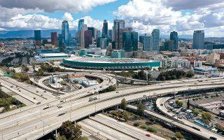 Πόλη-φάντασμα θυμίζει το Λος Αντζελες μετά την απαγόρευση του δημάρχου για συγκεντρώσεις άνω των 10 ατόμων και το κλείσιμο όλων των καταστημάτων.