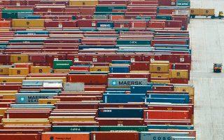 Η αναστολή για 2,5 μήνες δημιουργεί οξύ θέμα ρευστότητας για εκατοντάδες εισαγωγικές επιχειρήσεις, οι οποίες έχουν αγοράσει και προπληρώσει εμπορεύματα και πρώτες ύλες από το εξωτερικό εδώ και αρκετούς μήνες και βρίσκονται αντιμέτωπες με στάση πληρωμών.