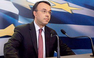 Ο υπουργός Οικονομικών Χρήστος Σταϊκούρας είπε χθες ότι το κράτος θα βοηθάει σε περιπτώσεις λιγότερων ωρών απασχόλησης και επιβεβαίωσε ότι το σχήμα θα χρηματοδοτηθεί από τα κονδύλια του κοινοτικού προγράμματος SURE. To συγκεκριμένο πρόγραμμα αναμένεται να ενεργοποιηθεί από αρχές Ιουνίου.