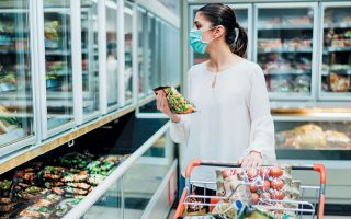 Oι πολυεθνικοί κολοσσοί καταναλωτικών ειδών περιορίζουν τις επενδύσεις σε καλλυντικά και εστιάζουν την προσοχή τους σε είδη απολύμανσης και ατομικής υγιεινής, καθώς και σε τρόφιμα που καταναλώνονται στο σπίτι.