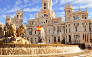 Σοβαρό πρόβλημα για την Ισπανία είναι η συρρίκνωση του τουρισμού. Από τα συνήθως 84 εκατομμύρια τουρίστες κάθε χρόνο, φέτος στην καλύτερη περίπτωση θα την επισκεφθούν 8 εκατομμύρια.