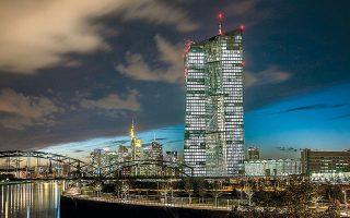 Σύμφωνα με τα στοιχεία της Ευρωπαϊκής Κεντρικής Τράπεζας τα οποία αφορούν το διάστημα έως και τις 10 Απριλίου, ύστερα από μαζικές αναλήψεις η αξία των χαρτονομισμάτων που κυκλοφορούν αυξήθηκε σε 1,33 τρισ. ευρώ.