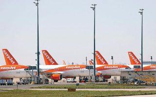 Ολόκληροι στόλοι έχουν καθηλωθεί και μεταξύ αυτών και τα 344 αεροσκάφη της easyJet, αφενός λόγω αυστηρών περιορισμών στις μετακινήσεις των ανθρώπων και επιβεβλημένης καραντίνας σε πάμπολλες χώρες, αφετέρου λόγω της δραστικής μείωσης της ζήτησης, διότι οι επιβάτες φοβούνται μην ασθενήσουν.