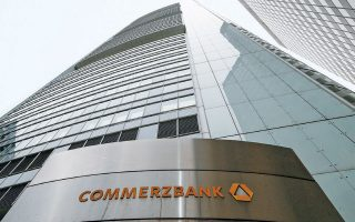 Σε δύσκολη θέση βρίσκονται οι γερμανικές Deutsche Bank και Commerzbank.