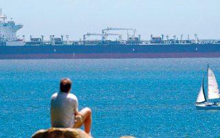 Η επιβολή των περιοριστικών μέτρων για την αντιμετώπιση της πανδημίας του κορωνοϊού έχει οδηγήσει σε σημαντική μείωση της παγκόσμιας ζήτησης πετρελαίου, η οποία, σύμφωνα με τη Διεθνή Υπηρεσία Ενέργειας (ΙΕΑ), εκτιμάται ότι θα μπορούσε να ανέλθει σε 29 εκατ. βαρέλια ημερησίως σε σύγκριση με την αντίστοιχη περίοδο του προηγούμενου έτους.