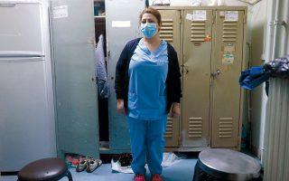 Η Λίντα Γκρεμπί εργάζεται από 19 ετών ως καθαρίστρια σε νοσοκομεία. «Οταν βλέπουμε ανθρώπους να χάνονται, πονάμε κι εμείς», λέει.