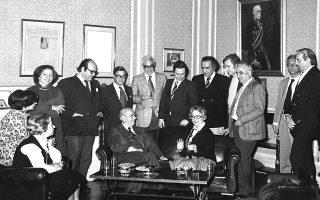 Ο Κωνσταντίνος Καραμανλής και η Ελένη Βλάχου στην «αίθουσα Βλάχου» κατά την επίσκεψη του πρωθυπουργού στα γραφεία της «Κ». Από αριστερά: Λίτσα Παπαβασιλείου, Μαρία Καραβία, Ελένη Μπίστικα, Κυριάκος Κορόβηλας, Νίκος Καραμούζης, Γεώργιος Ράλλης, Βαγγέλης Μπίστικας, Μίμης Παπαναγιώτου, Αλέξανδρος Κοτζιάς, Τάκης Λαμπρίας, Κωνσταντίνος Καλλιγάς, Ντίνος Τσαλόγλου.