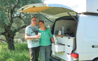 Η Σάντρα και ο Εϊκε Στερ από τη Γερμανία ήρθαν στην Ελλάδα με το αυτοκινούμενό τους. Εδώ και εβδομάδες παραμένουν στην παραλία της Ελαίας, στη Μεσσηνία.