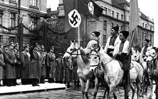 Ιβάνο-Φρανκίβσκ, Ιούλιος 1941: Παρέλαση Ουκρανών μπροστά σε γερμανική αντιπροσωπεία, μετά την κατάληψη της πόλης από τους Γερμανούς. Η αρχή του τέλους για τη μεγάλη εβραϊκή κοινότητά της.