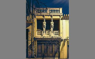Το σπίτι με τις Καρυάτιδες στην οδό Αγίων Ασωμάτων 45 κοντά στην Πειραιώς, σε νυχτερινή λήψη στις αρχές του 2020.