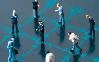 Η ψηφιακή τεχνολογία καταργεί τη γεωγραφική απόσταση: κάθε άλλο παρά απομονωμένοι είμαστε αν είμαστε ηλεκτρονικά συνδεδεμένοι.